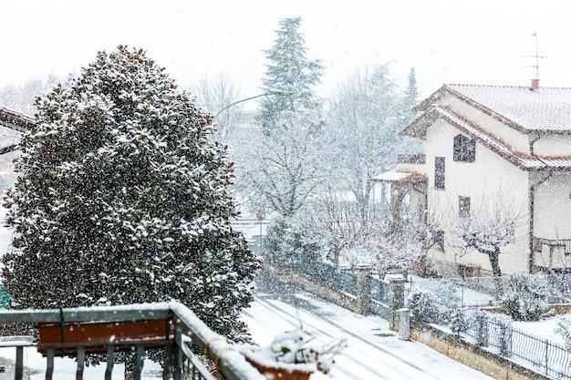 Neve caindo na cidade no inverno