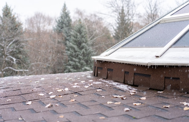 Neve caindo no telhado