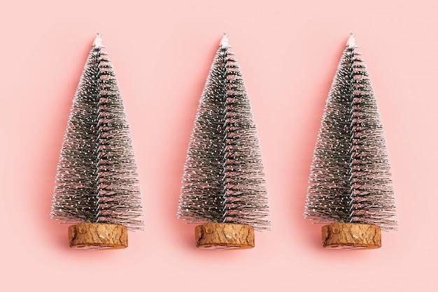 Neve da árvore de natal no fundo do rosa pastel. conceito mínimo de férias. ano novo co simples