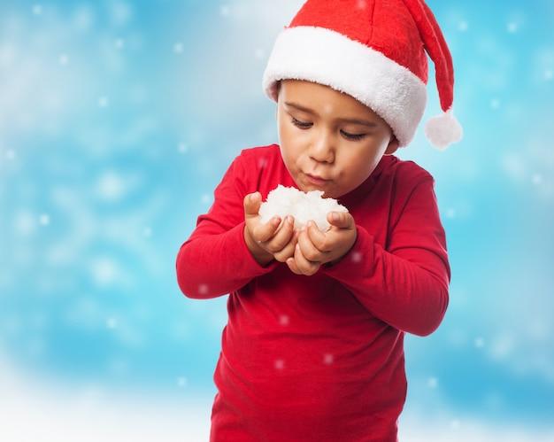 Neve de sopro do rapaz pequeno