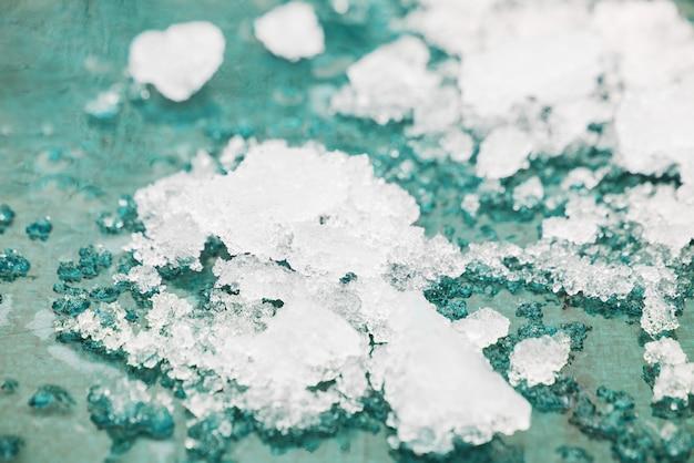 Neve derretida e gelo no fundo azul