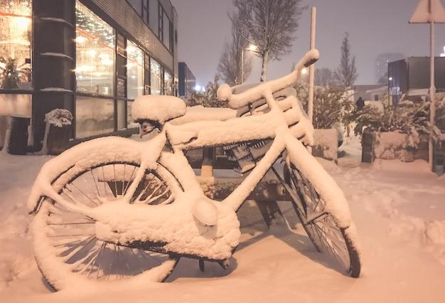 Neve em bicicletas na frente de uma casa