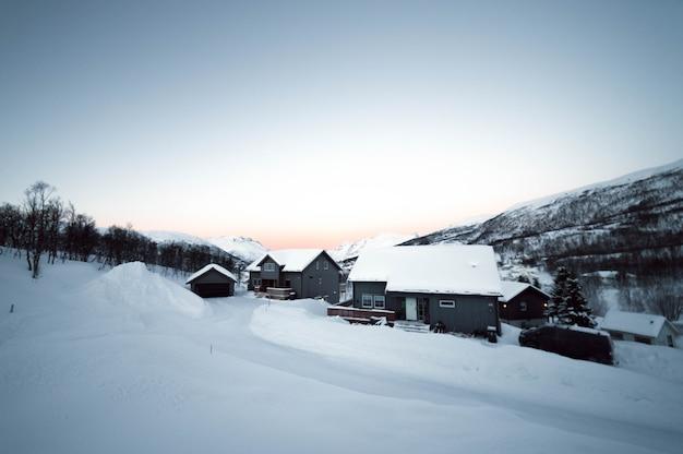 Neve em uma vila solitária na noruega