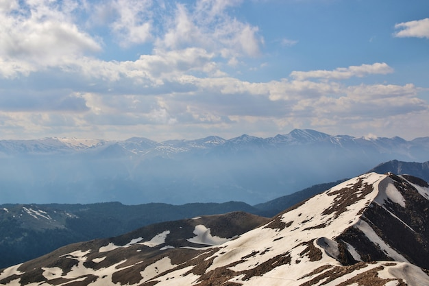 Neve no topo da montanha
