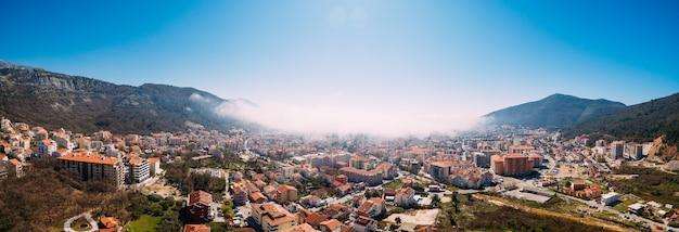 Névoa branca está vindo do mar para a cidade de budva, em montenegro