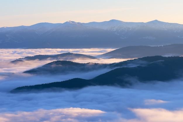 Névoa da manhã nas montanhas. paisagem de verão. cárpatos, ucrânia, europa