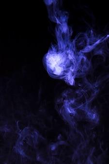 Névoa de fumaça roxa no fundo preto