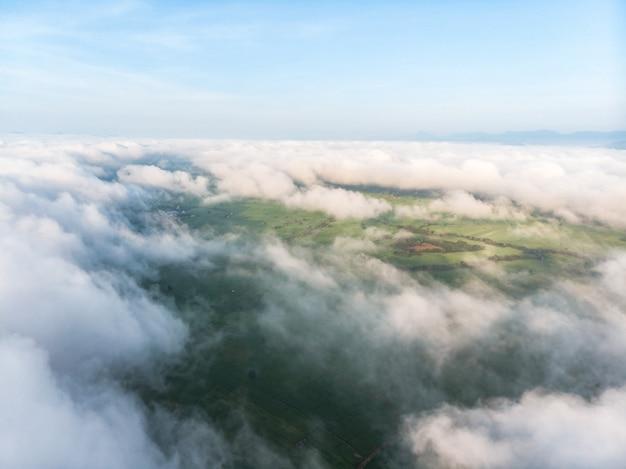 Névoa de nuvem de manhã ou névoa sobre o campo de agricultura