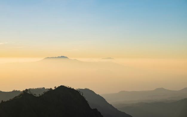 Névoa e fumaça cobrindo o fluxo de montanhas