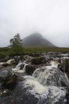 Névoa e terreno em glen etive, na escócia