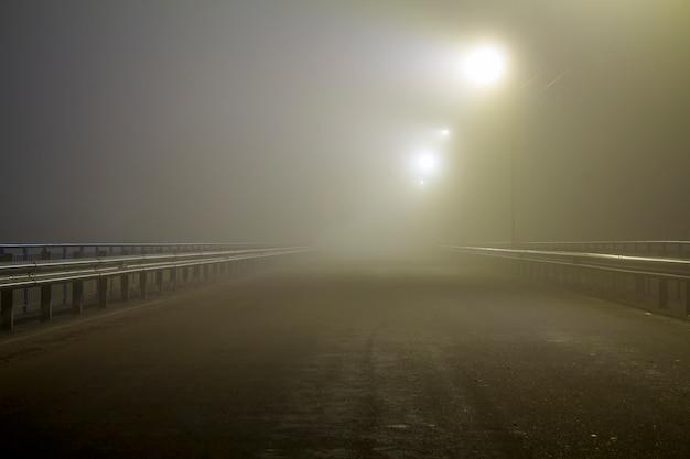 Névoa espessa sobre estrada vazia à noite