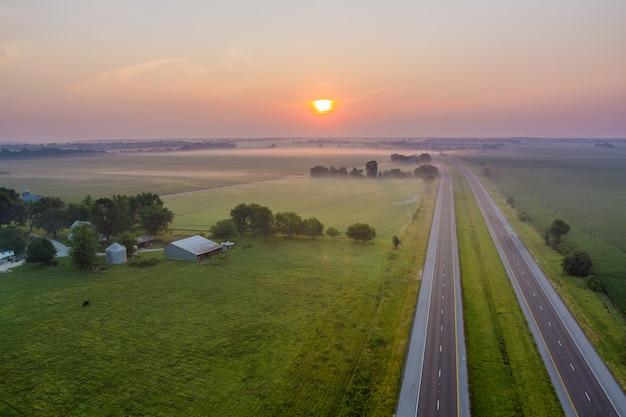 Névoa matinal mágica de verão sobre o campo no campo em vista aérea