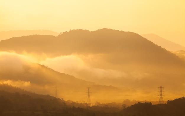 Névoa matinal nas montanhas