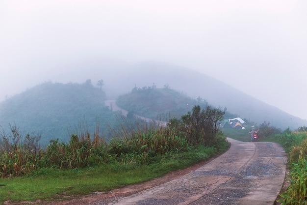 Névoa na colina de manhã e acampar.