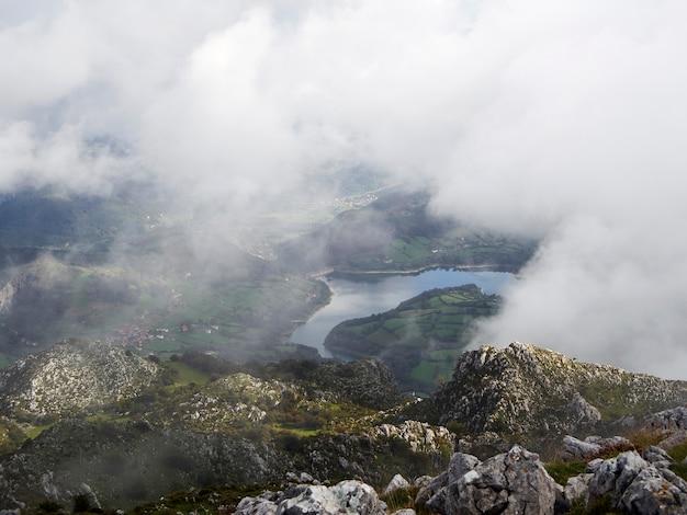 Névoa sobre um lago vindo de uma montanha nas astúrias, espanha