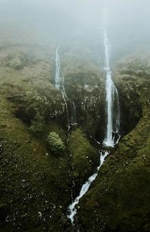 Nevoeiro cobrindo uma cachoeira estreita na escócia