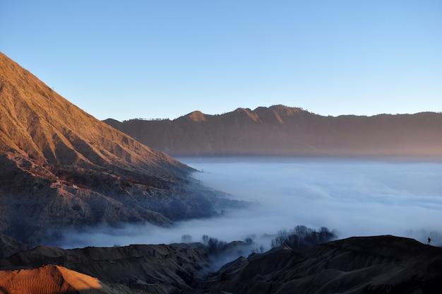 Nevoeiro e lindo nascer do sol no monte bromo