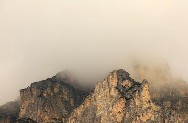 Nevoeiro no massiccio sassongher, dolomites