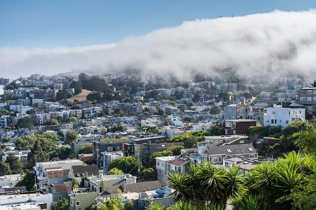 Nevoeiro sobre casas de san franciosco na califórnia