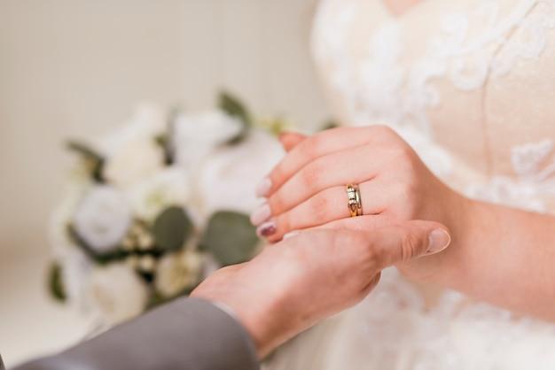 Newlyleds trocando anel