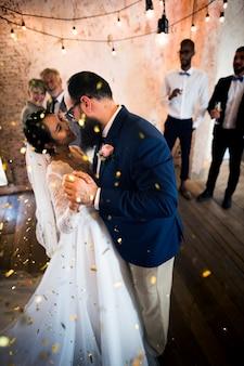 Newlywed couple dancing celebração de casamento