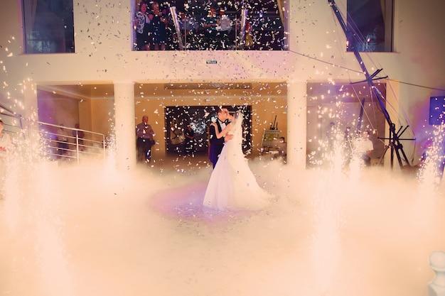 Newlyweds em sua primeira dança