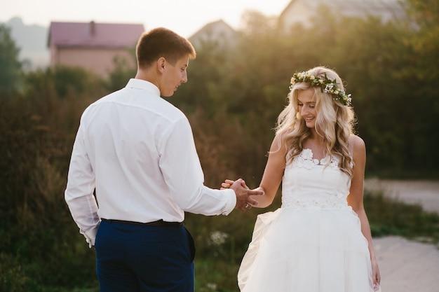 Newlyweds mãos segurando