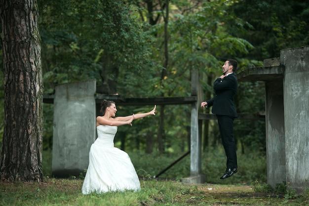 Newlyweds que jogam ao ar livre