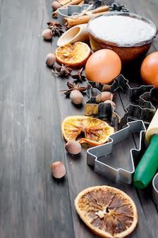 Ngredients para assar na velha mesa de madeira