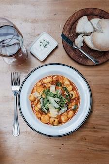 Nhoque caseiro em molho de tomate. comida italiana.