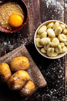 Nhoque caseiro fresco da batata que cozinha pronto. comida italiana. dieta vegetariana vegetariana