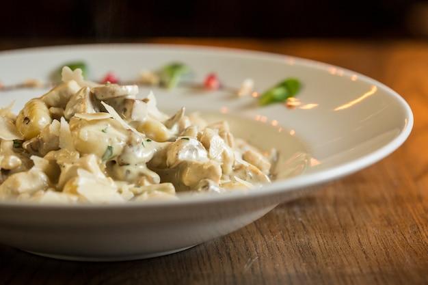 Nhoque com carne de peru e cogumelos porcini em molho de natas