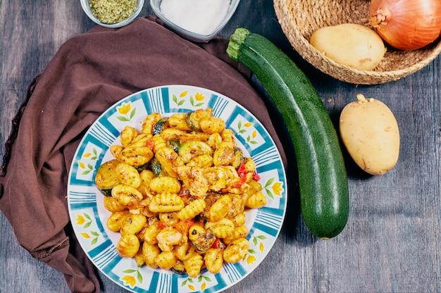 Nhoque com frango e legumes