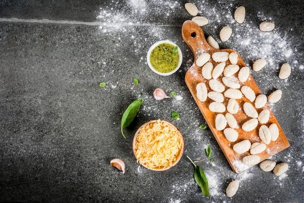 Nhoque de batata caseiro cru cru com farinha