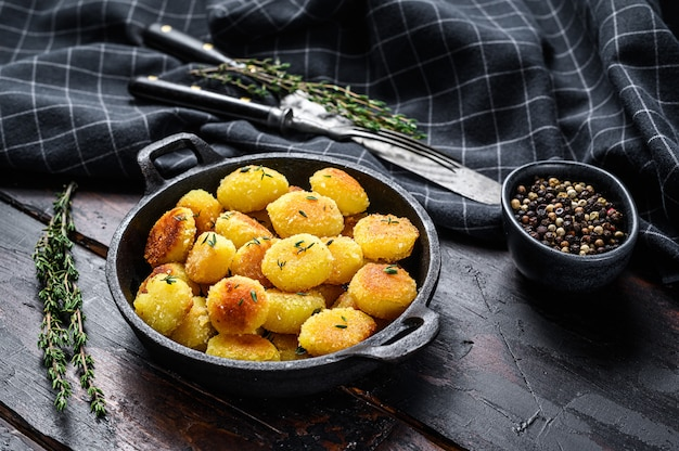 Nhoque de batata caseiro frito em uma panela