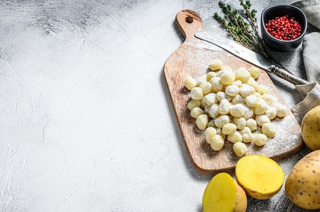 Nhoque feito à mão di patata, massa italiana tradicional pronta para cozinhar. vista do topo. copie o espaço