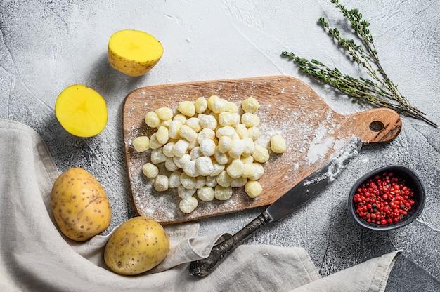 Nhoque feito à mão di patata, massa italiana tradicional pronta para cozinhar. vista do topo