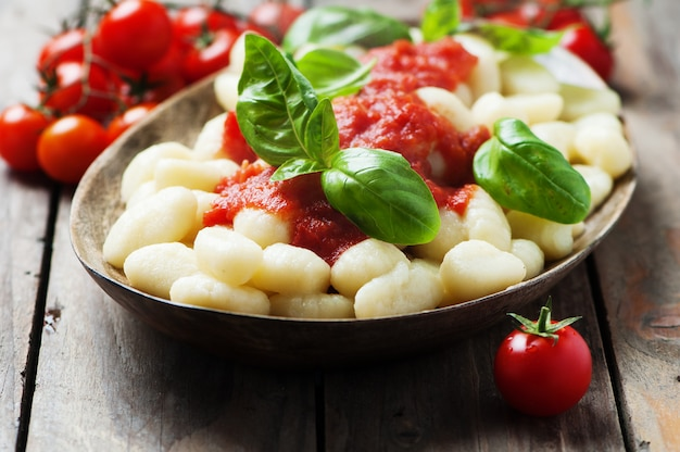 Nhoque italiano com tomate e manjericão