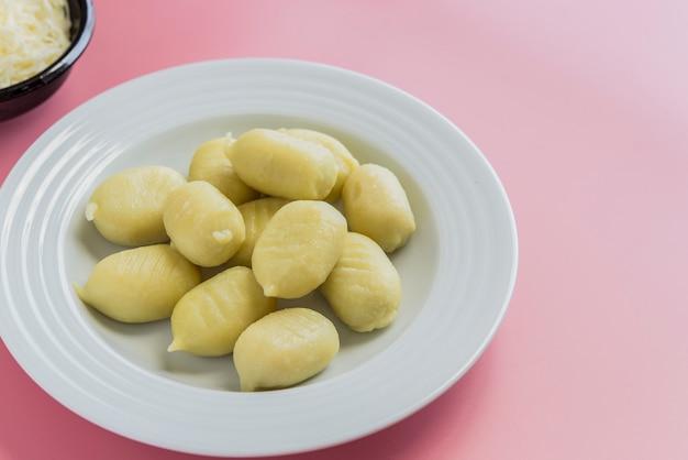 Nhoque recheado com pesto com molho de tomate caseiro e queijo