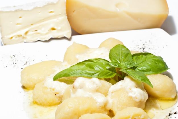 Nhoque recheado com quatro queijos