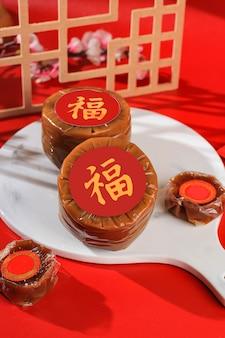 Nian gao também niangao, um bolo de arroz doce, uma sobremesa popular consumida durante o ano novo chinês. foi originalmente usado como uma oferta em cerimônias rituais. caráter chinês significa fortuna