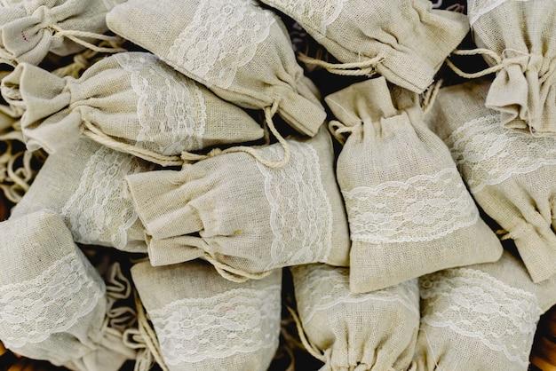 Nice pequenos sacos de pano, com presentes femininos dentro.