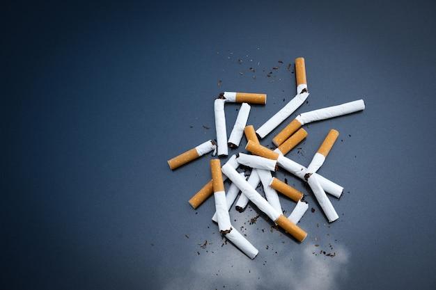 Nicotina de cigarros quebrados no escuro