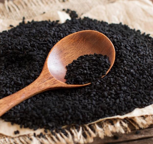 Nigella sativa ou cominho preto com uma colher de perto