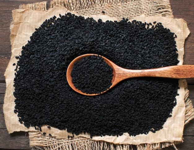 Nigella sativa ou cominho preto com uma colher vista superior