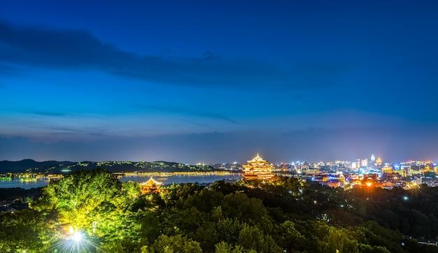 Nightscape da cidade de hangzhou e antigo pavilhão