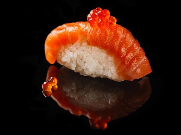 Nigiri com caviar de salmão e vermelho