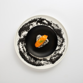 Nigiri de salmão liso leigos no arroz