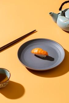 Nigiri salmão no prato com decoração