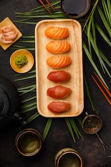 Nigiri sushi com salmão e atum servido no prato de bambu